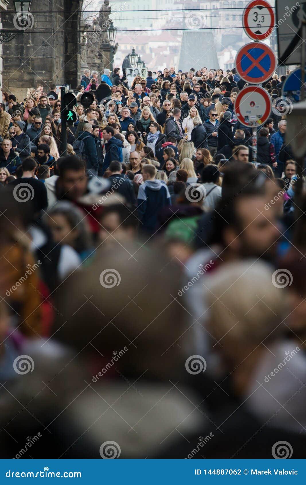 Praag, Tsjechische Republiek - 10 Maart 2018: menigte van mensen op de straten