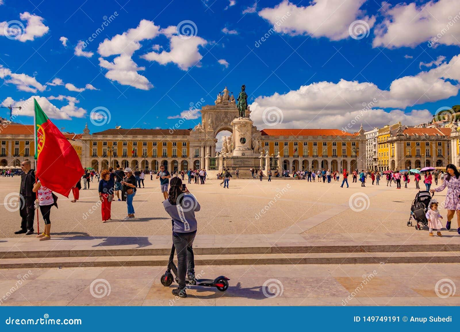 Praca de comercio i en härlig ljus dag med klar blå himmel och moln och mycket turist som undersöker den Datum 20 kan 2019