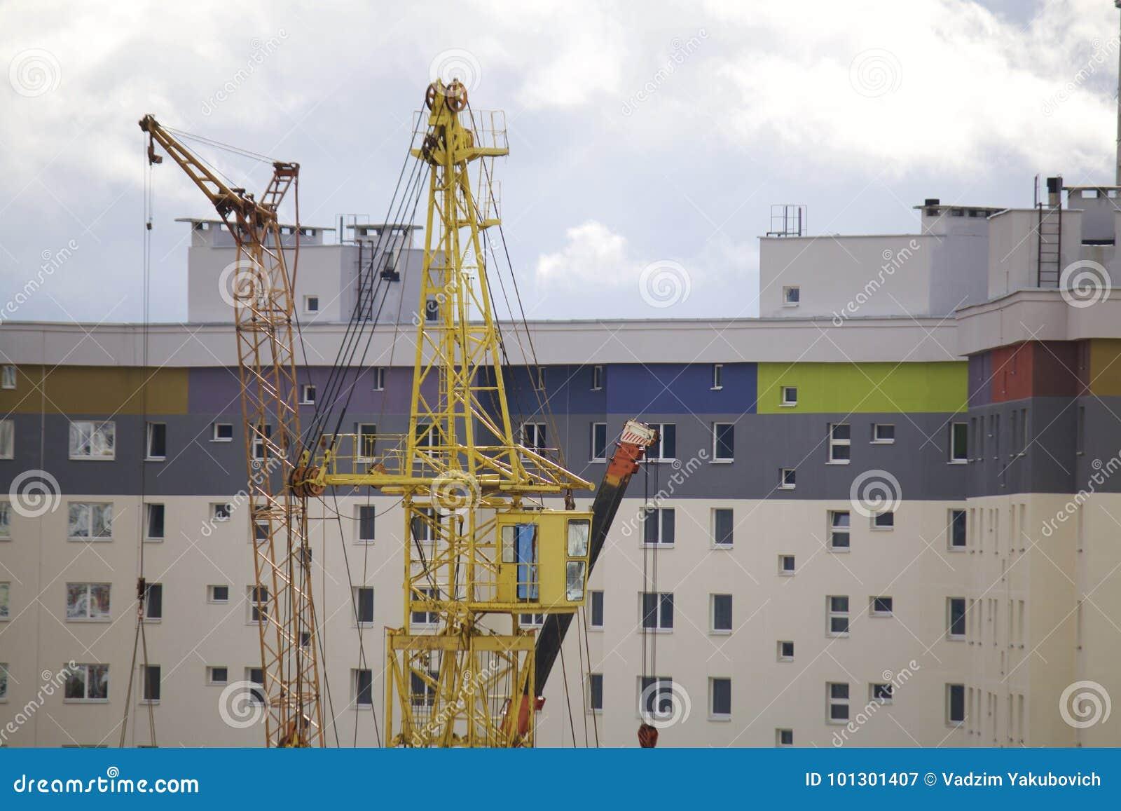 Praca na budowie Pracownika ` brygada wspina się basztowego żurawia Ciężkiej budowy maszynerii pracy