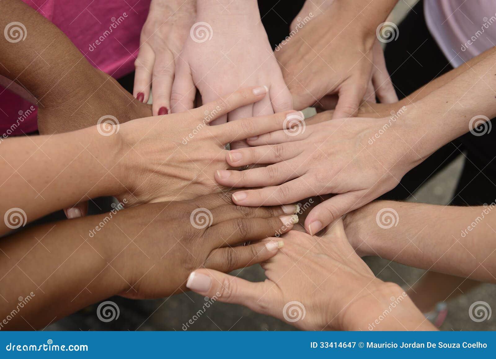 Praca zespołowa, grupowe kładzenie ręki wpólnie