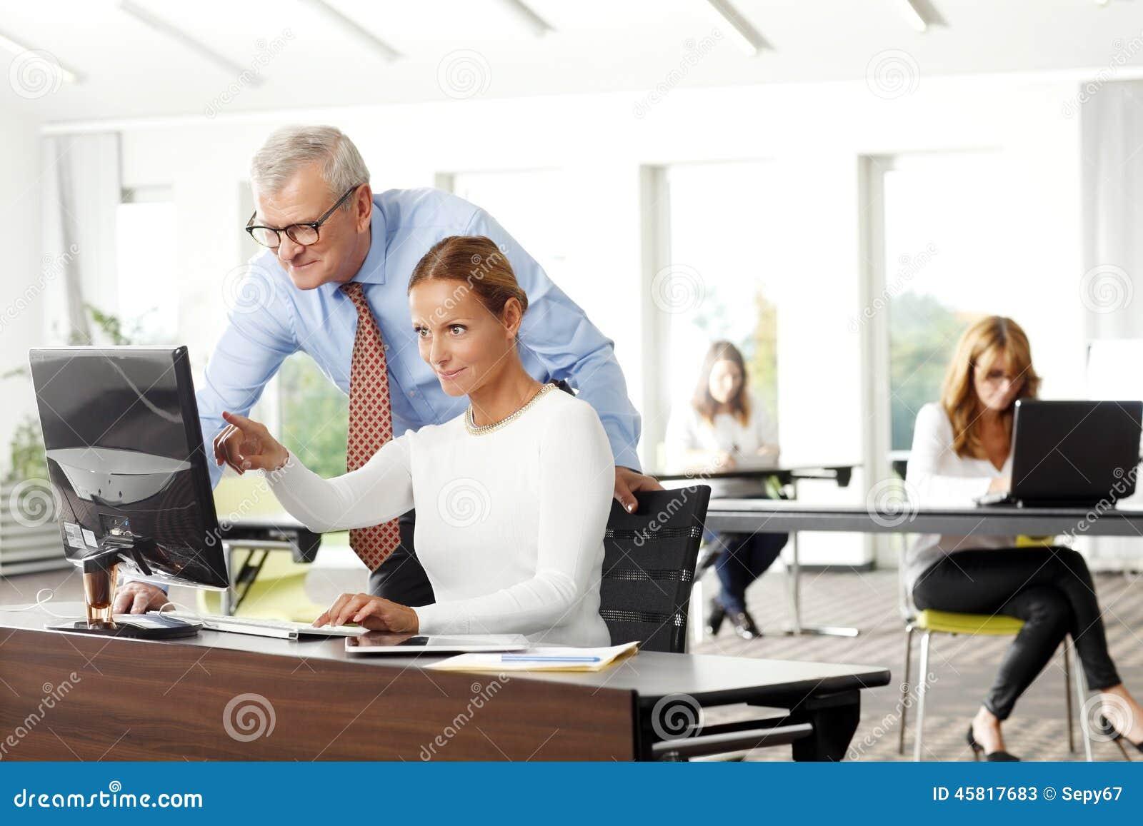 Praca zespołowa przy biurem