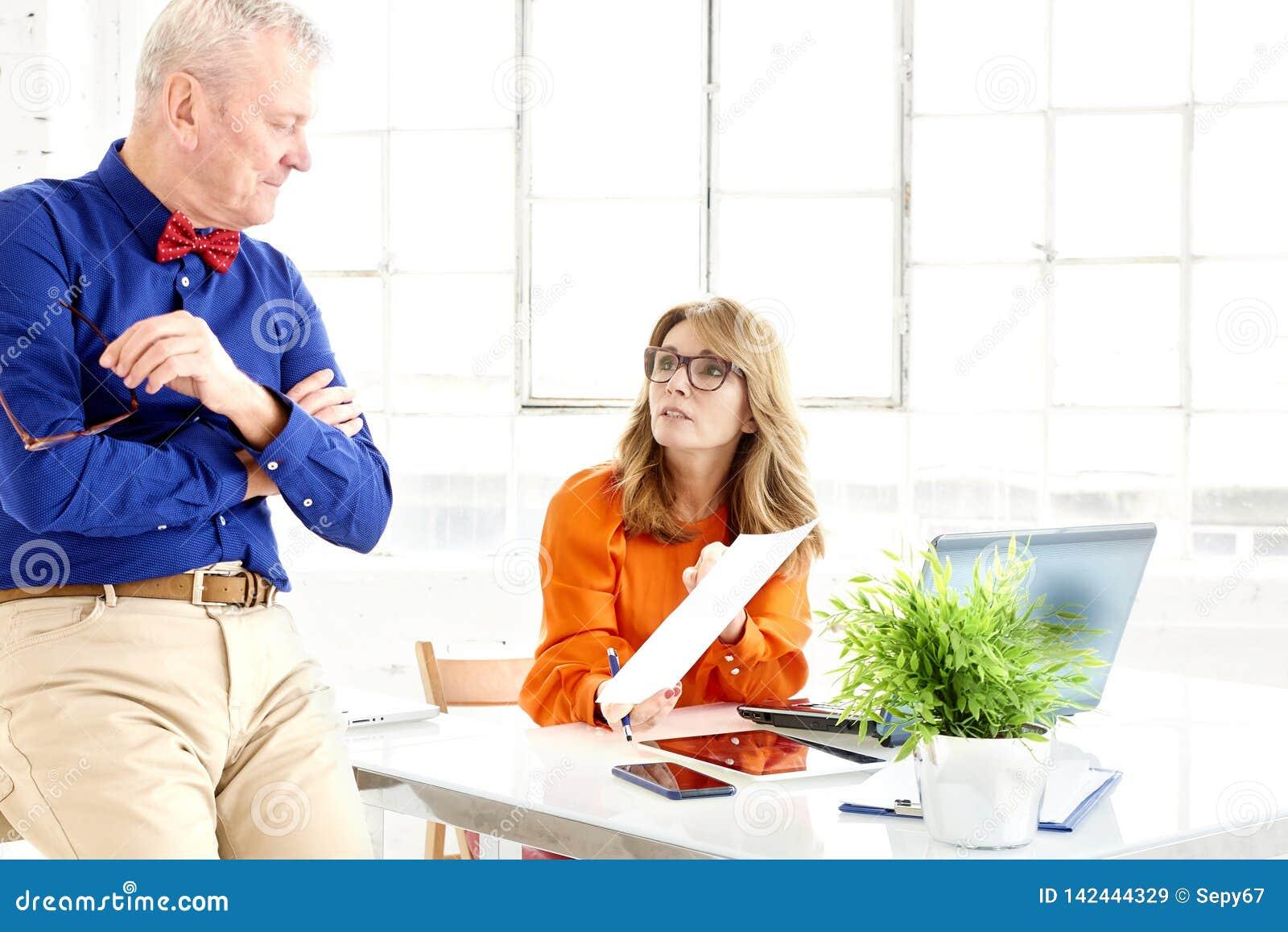Praca zespołowa w biurze Grupa biznesmeni pracuje wpólnie