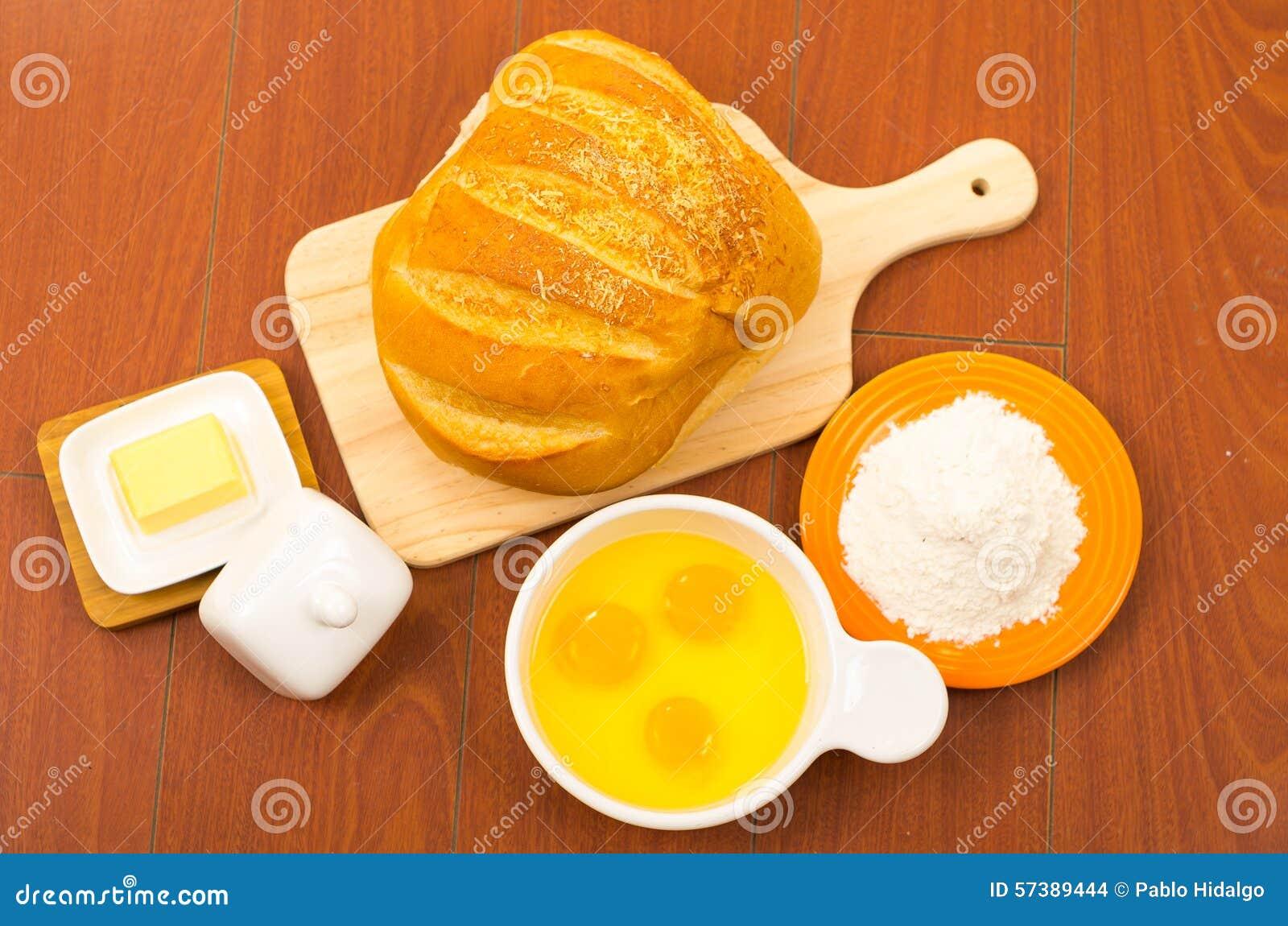 Prachtig gekleurd die brood van brood op houten wordt geplaatst