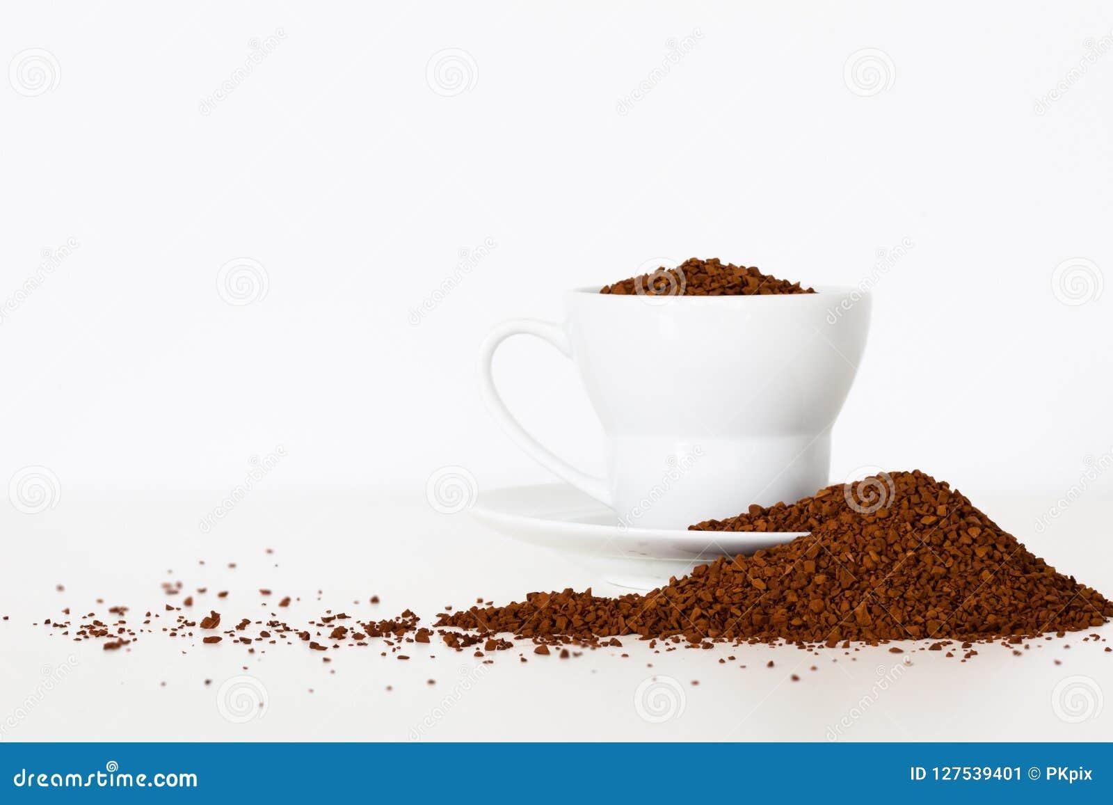 Prachtig getoonde koffieboonstapel rond kop op witte achtergrond