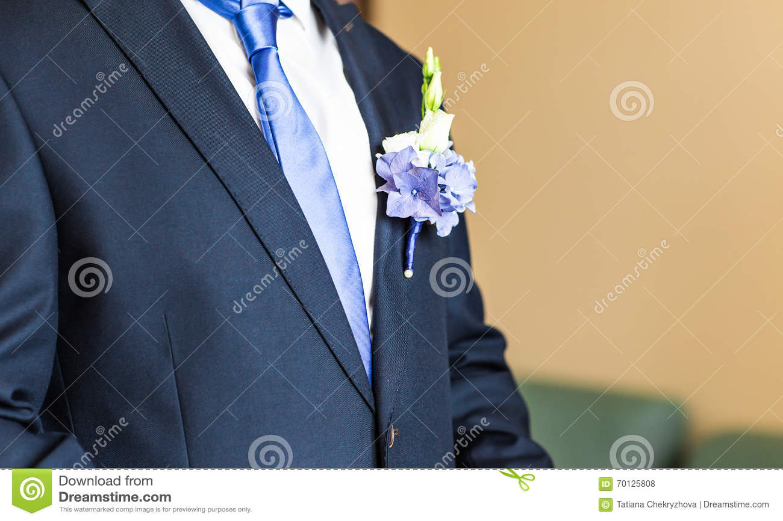 Prachtig huwelijk boutonniere op een kostuum van bruidegomclose-up