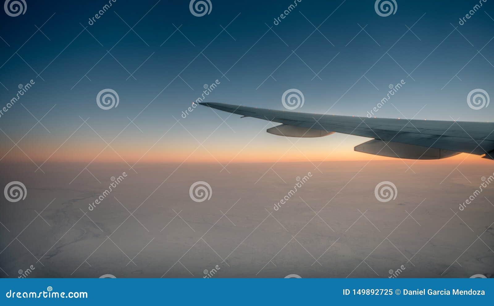 Prachtig Weergeven van de Schemeringhemel door het Venster een Vliegtuig