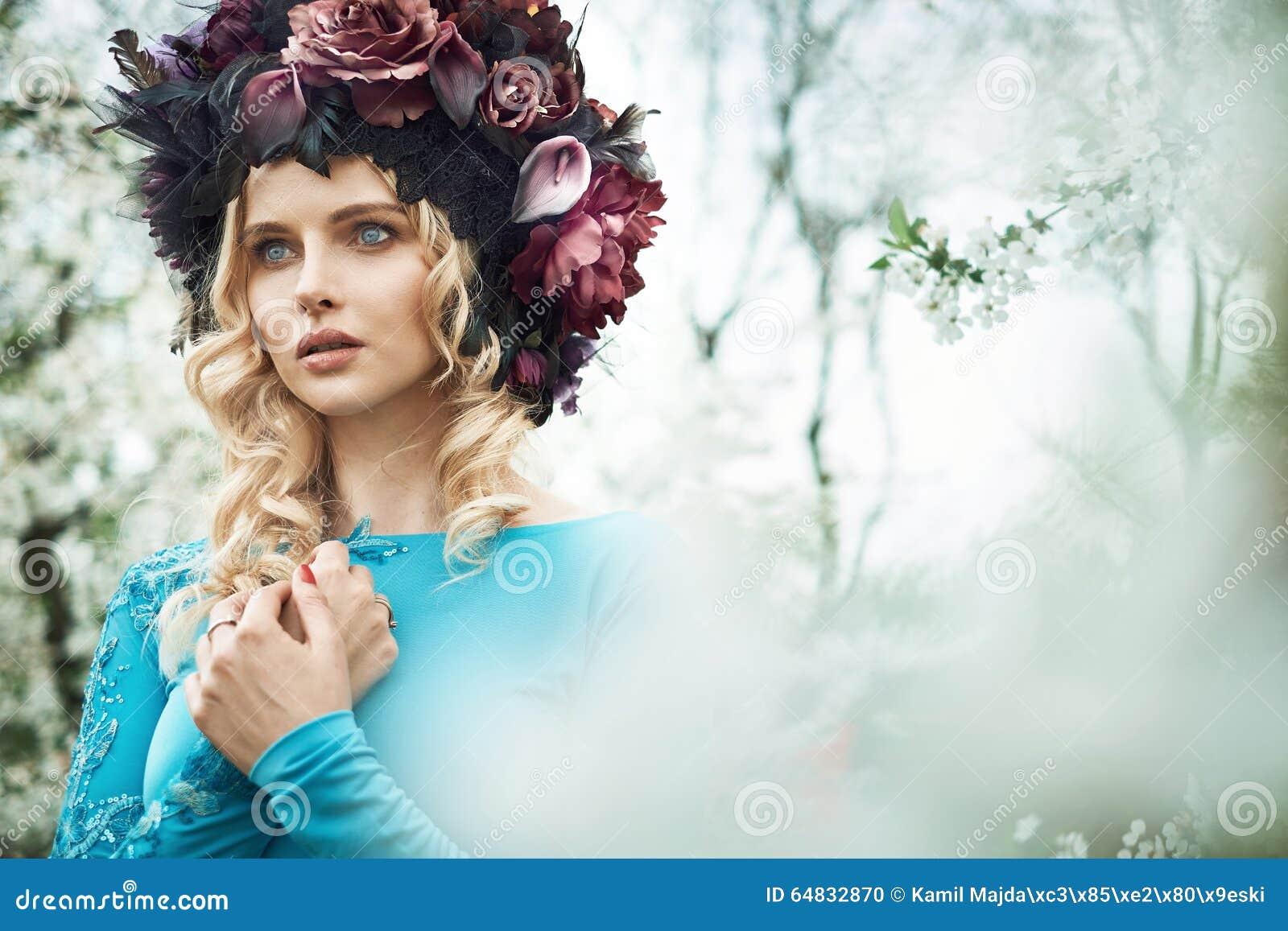 Prachtige blonde nimf die in de boomgaard lopen