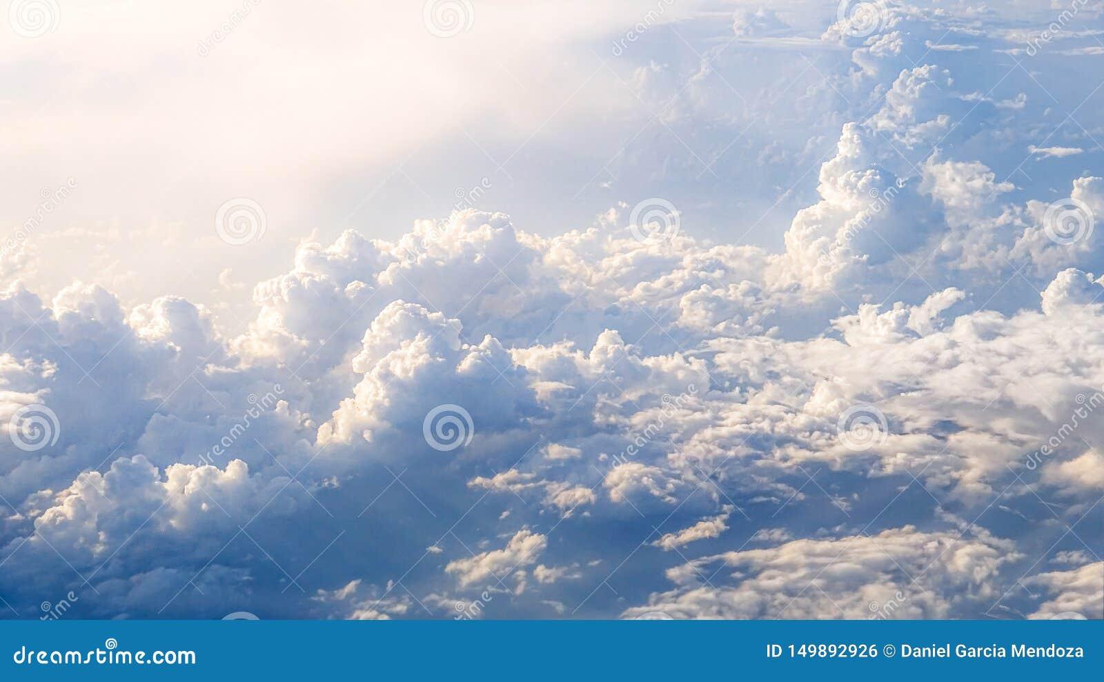 Prachtige mening van de hemel en de wolken met hierboven licht van de zon van