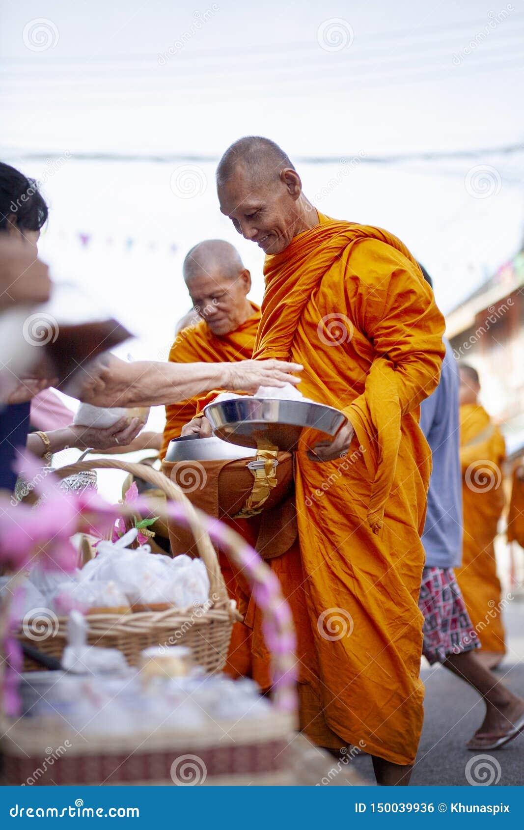 Prachuap Khiri Khan泰国- june2,2019:泰国对泰国修士的妇女提供的食物在清早,佛教是主要宗教