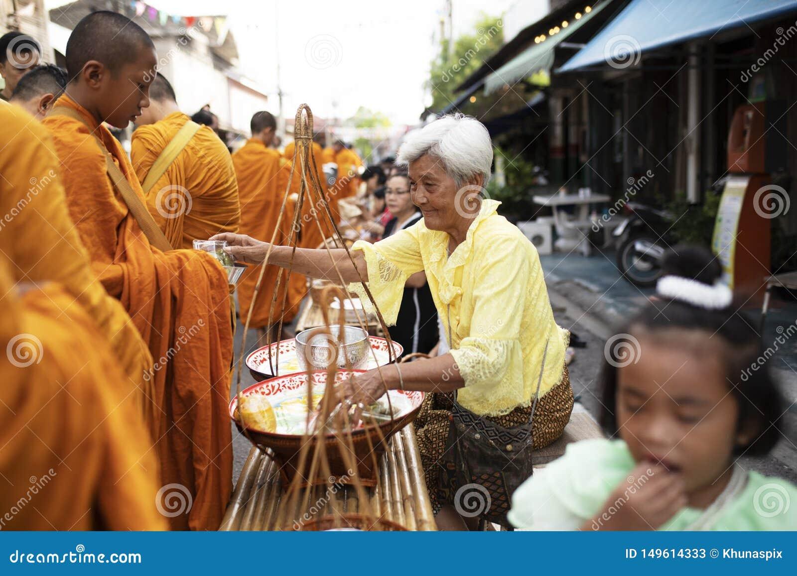 Prachuap Khiri Khan Thailand - june2,2019: ?r erbjudande mat f?r den thai kvinnan till den thai munken p? ottan, buddhism den huv