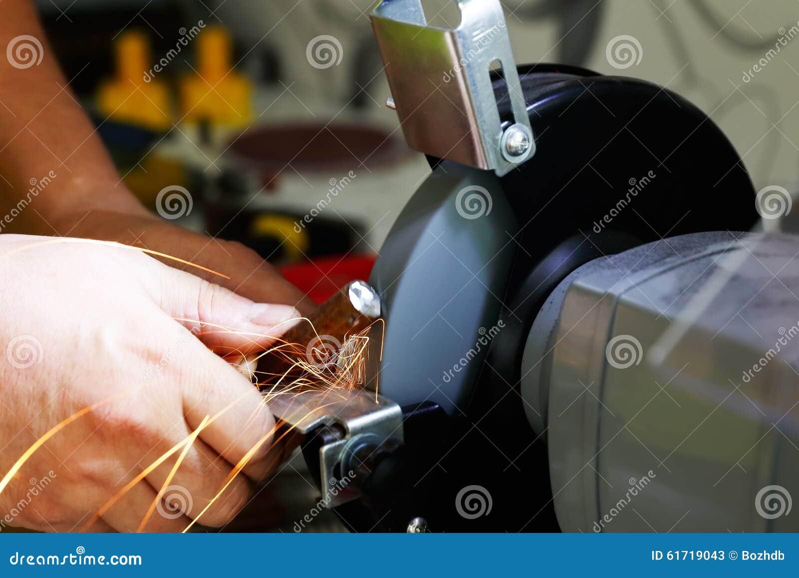 Pracować na szlifierskiej maszynie
