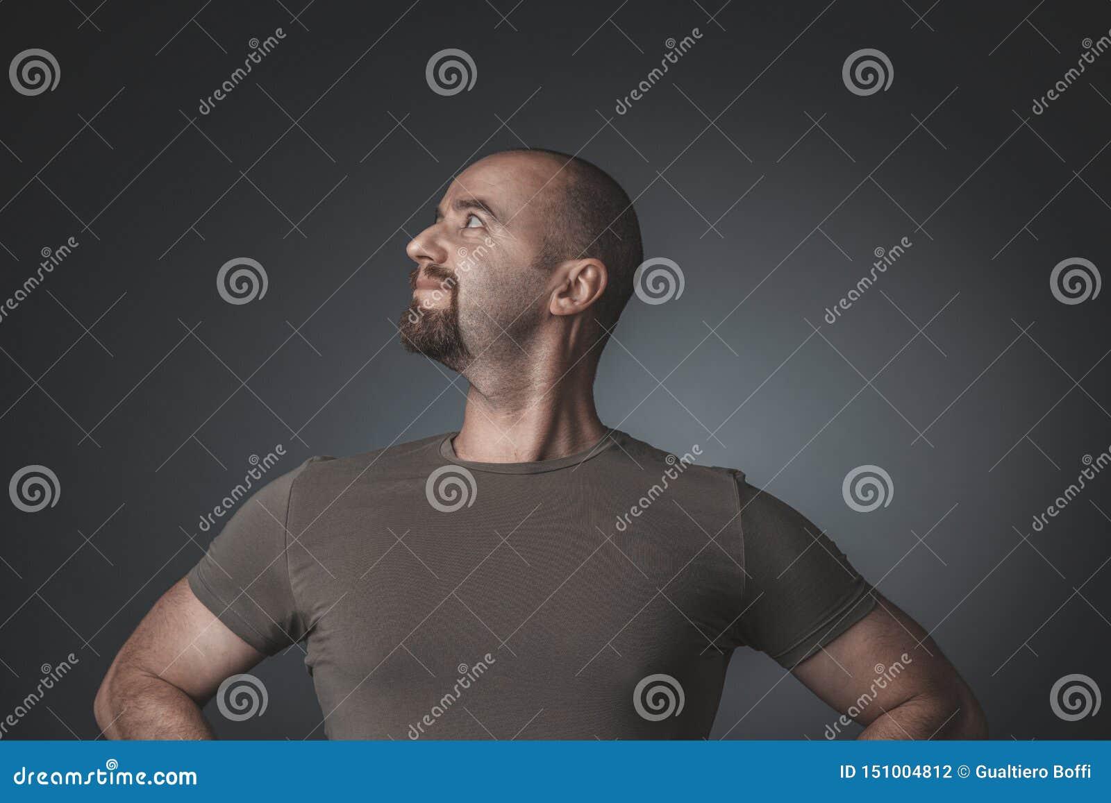 Pracowniany portret mężczyzna z zadowolonym i dumnym wyrażeniem, boczny widok