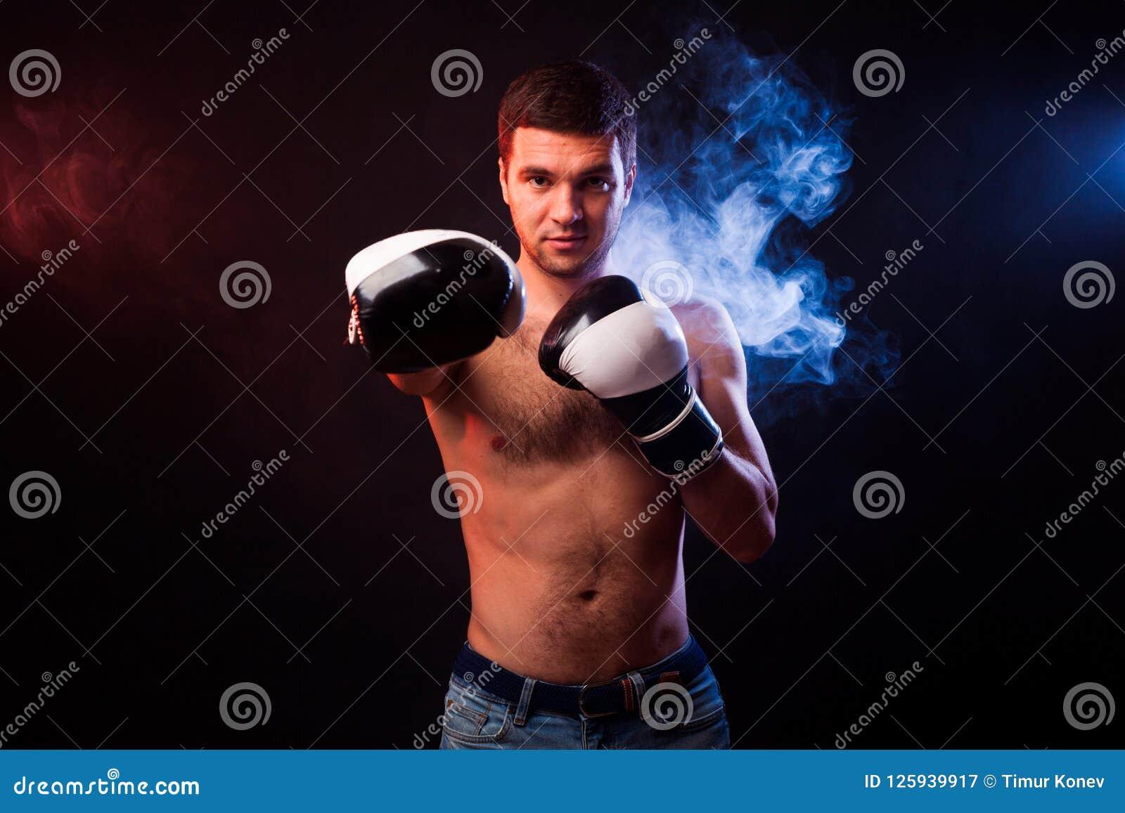 Pracowniany portret mięśniowy bokser w fachowych rękawiczkach Eu
