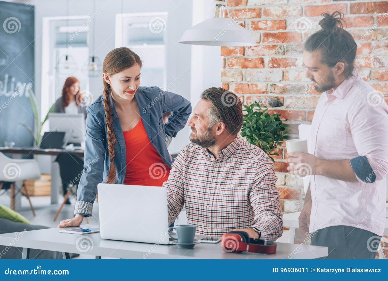 Pracownicy brainstorming w biurze