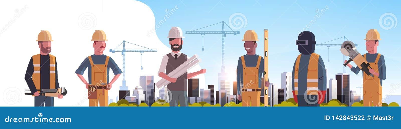 Pracownicy budowlani zespalają się przemysłowej techników budowniczych grupy nad miasto budowy basztowych żurawi budować