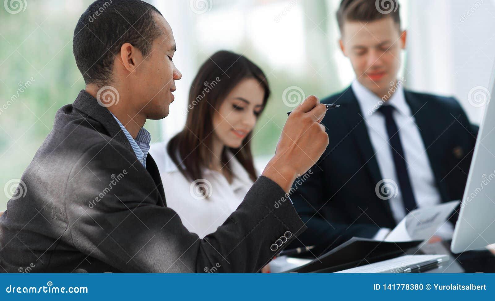 Pracownicy dyskutuje nowych pomysły w nowożytnym biurze T