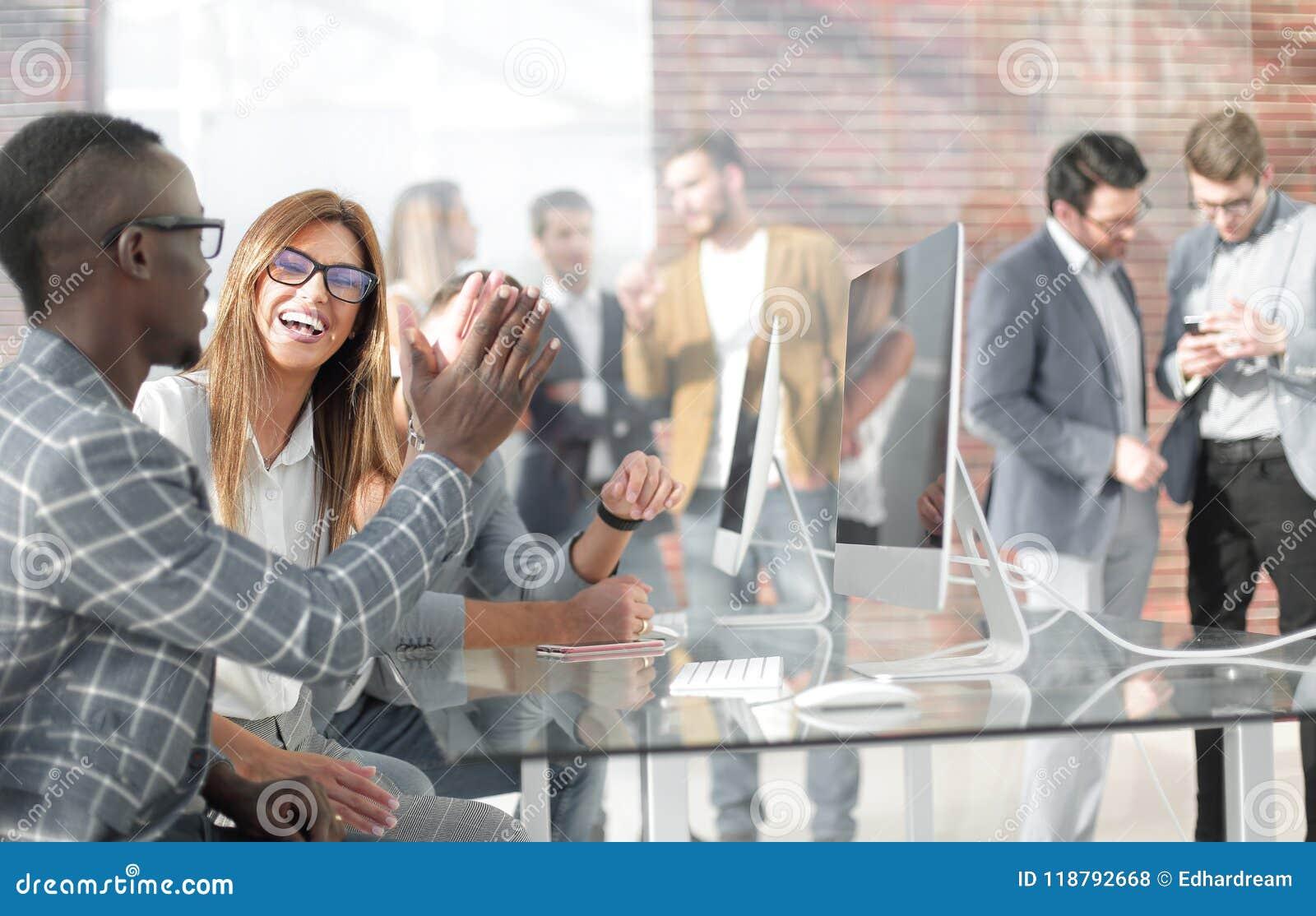 Pracownicy firma trzymają odprawę w biurze