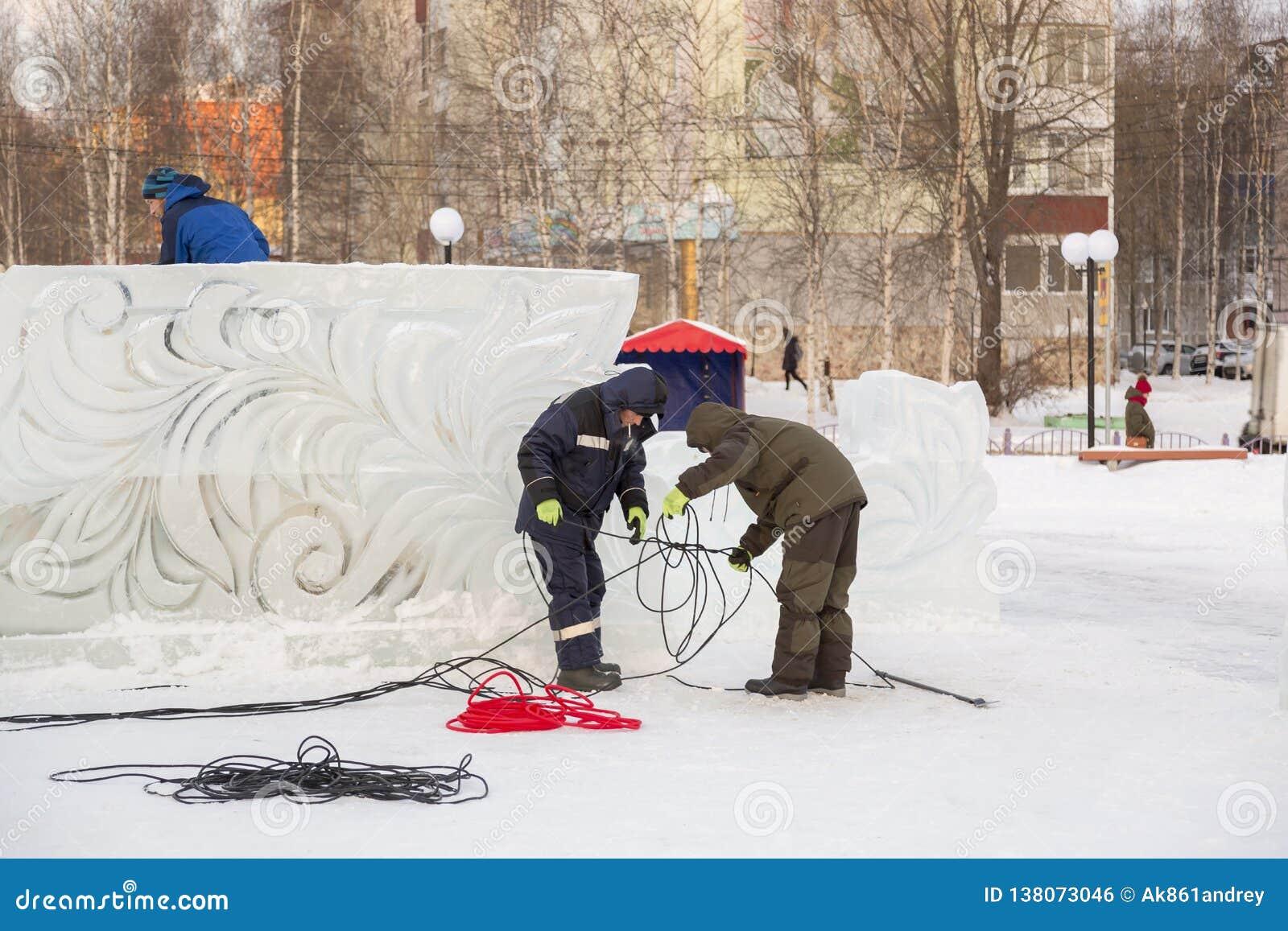 Pracownicy gromadzić władza kabel dla zaświecać