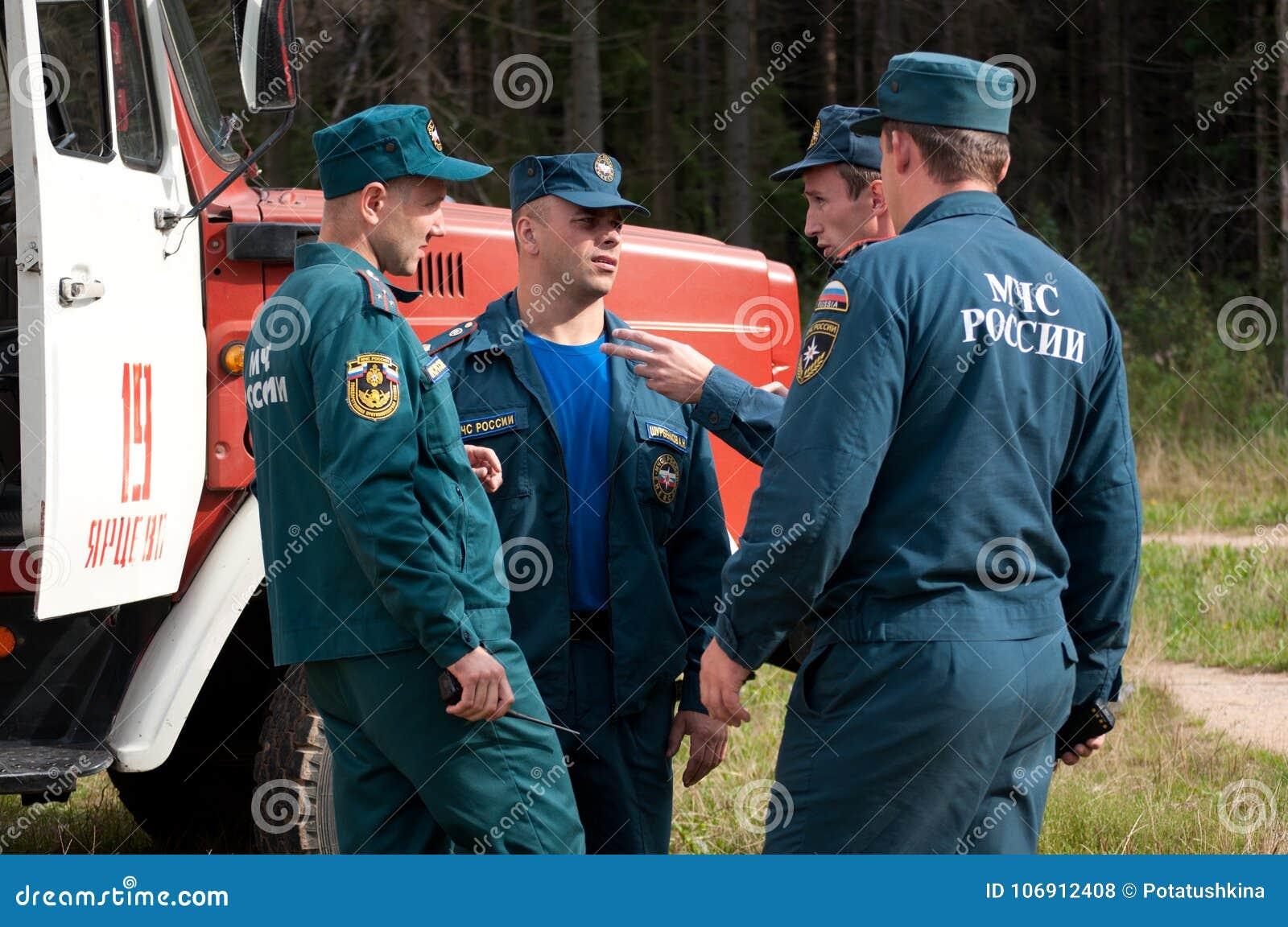 Pracownicy ministerstwo sytuacje awaryjne Rosja mówją przy pożarniczym silnikiem