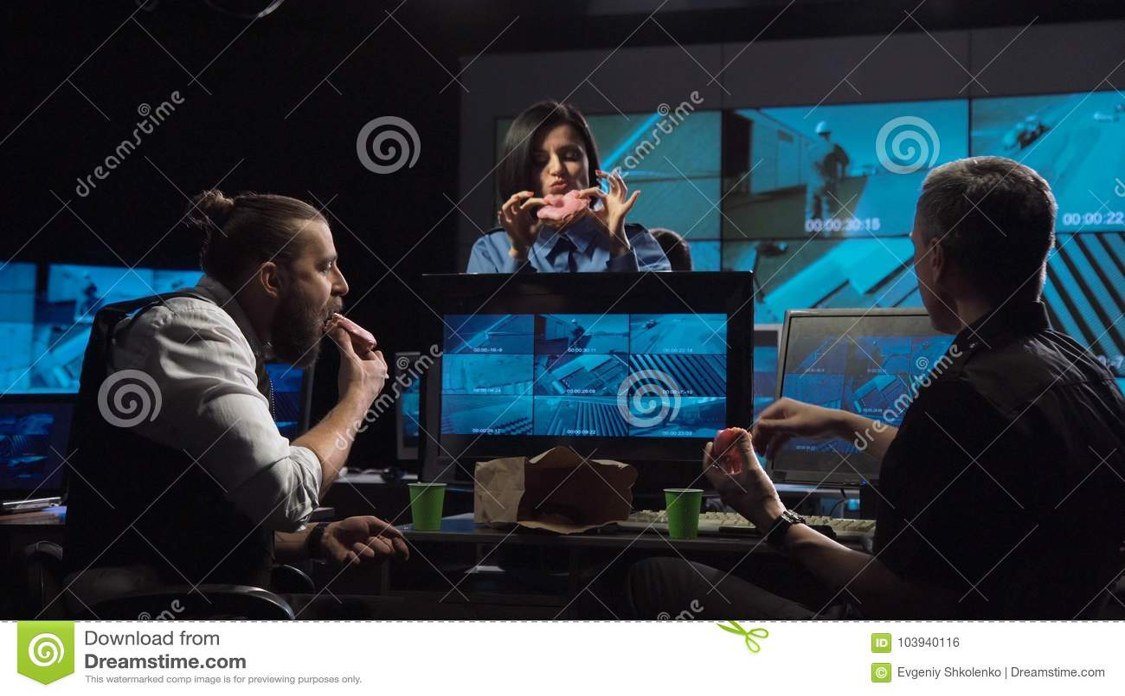 Pracownicy ochrony ogląda inwigilacj kamery