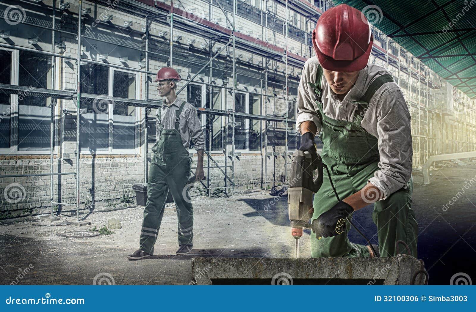 Pracownicy przy budową