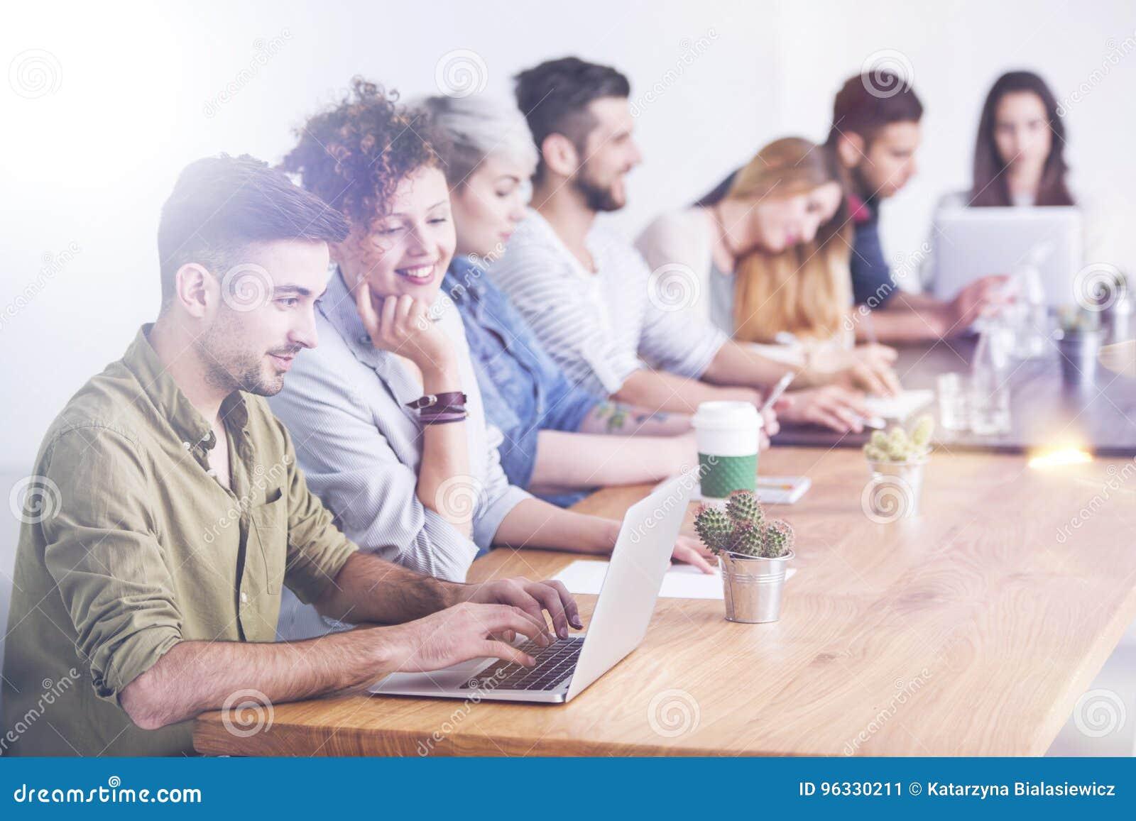 Pracownicy przy pracą