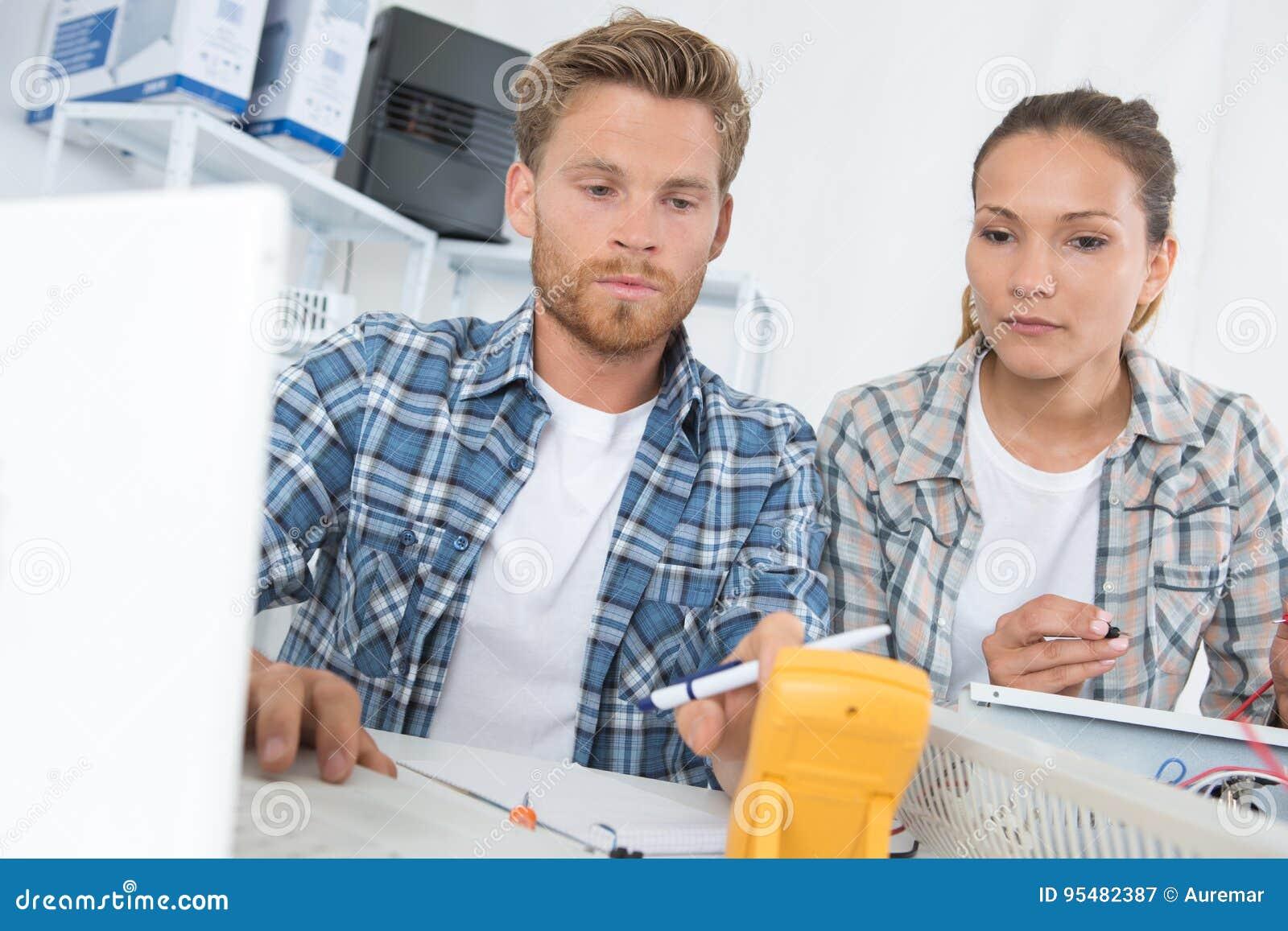 Pracownicy używa kalibrujący przyrząd