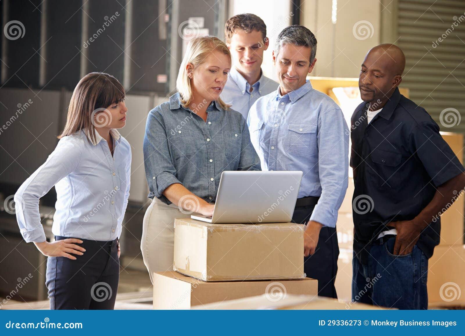 Pracownicy W dystrybucja magazynie