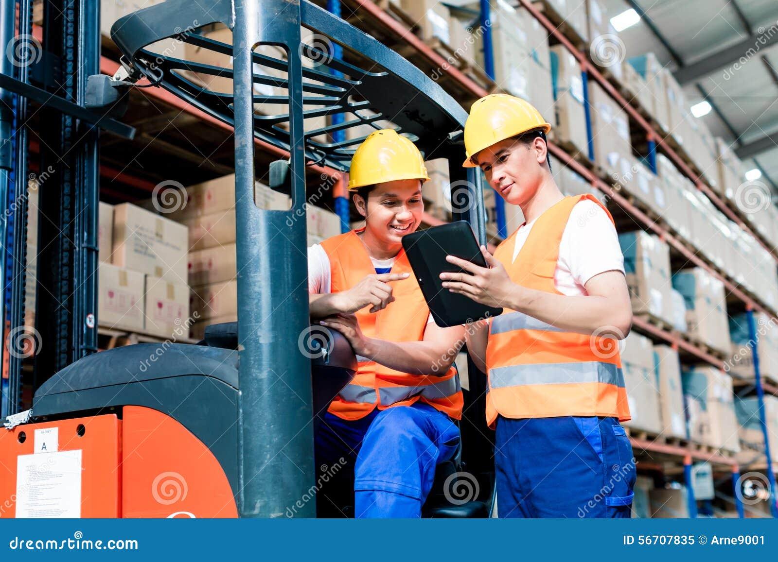 Pracownicy w logistyka magazynie