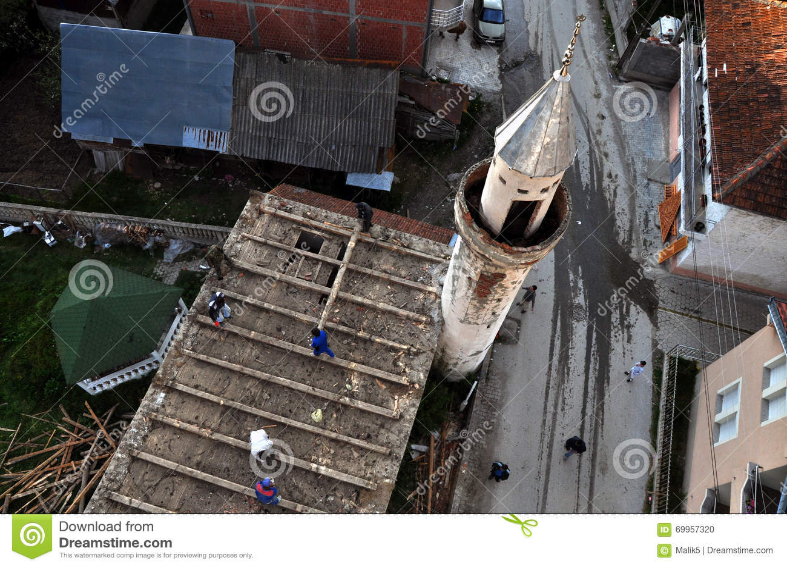 Pracownicy wyburzają starego meczet