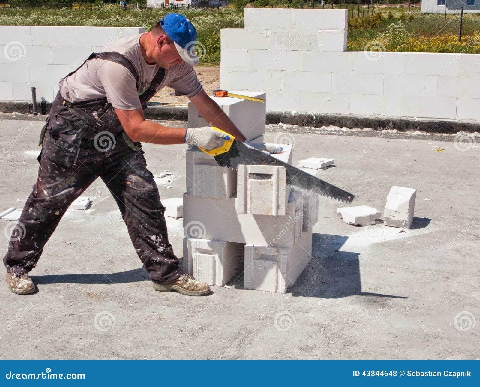 Pracowników tnący betonowi bloki