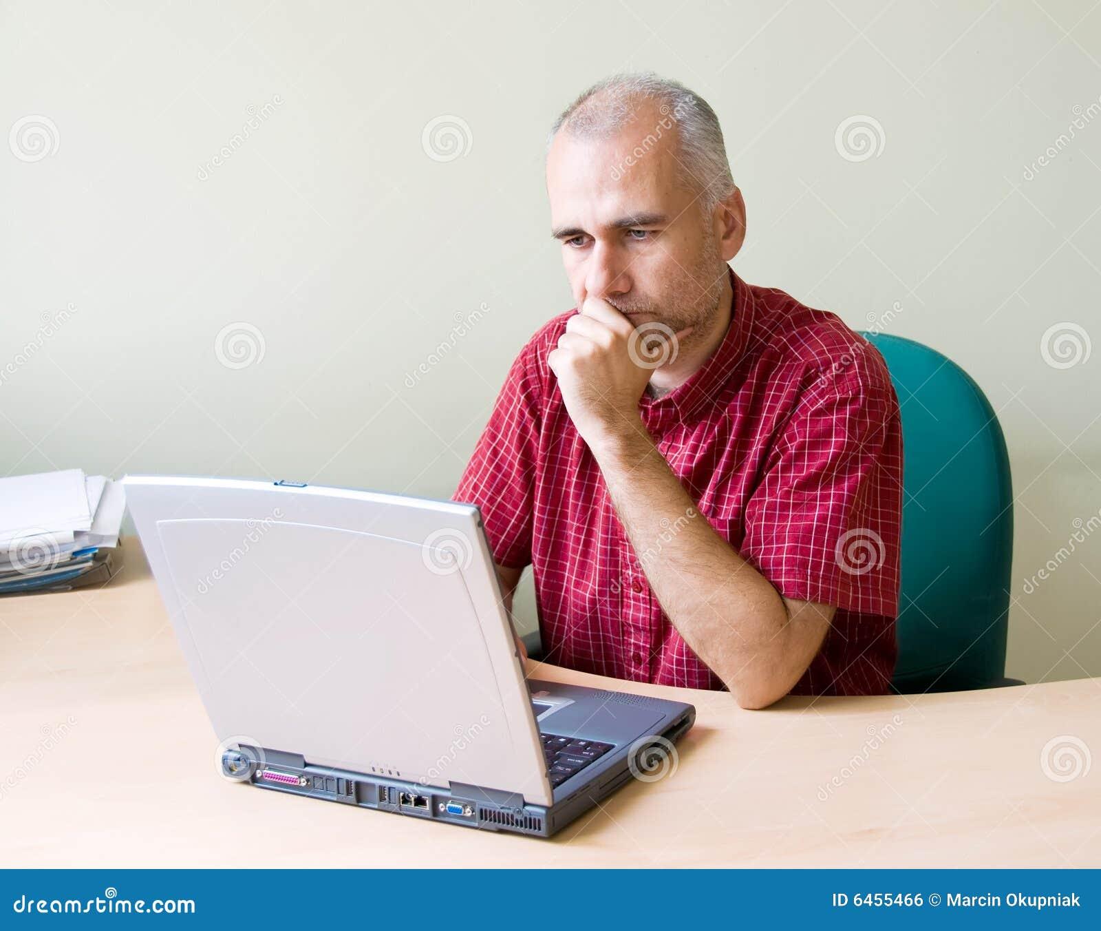Pracownik biurowy rozważne