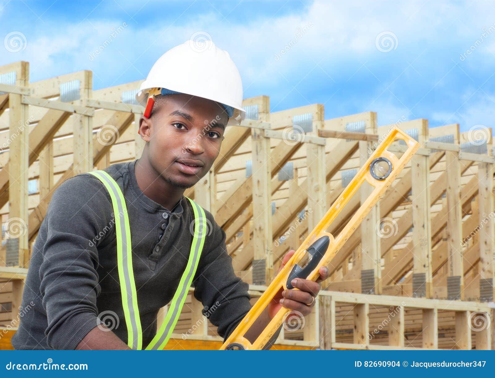Pracownik budowlany na miejsca mieniu równym z białym hełmem