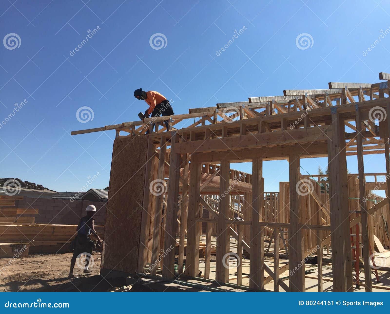 Pracownik budowlany pracuje na otokowym procesie dla nowego dom