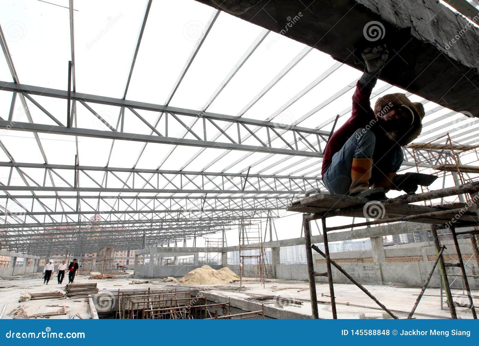 Pracownik budowlany pracuje przy miejscem