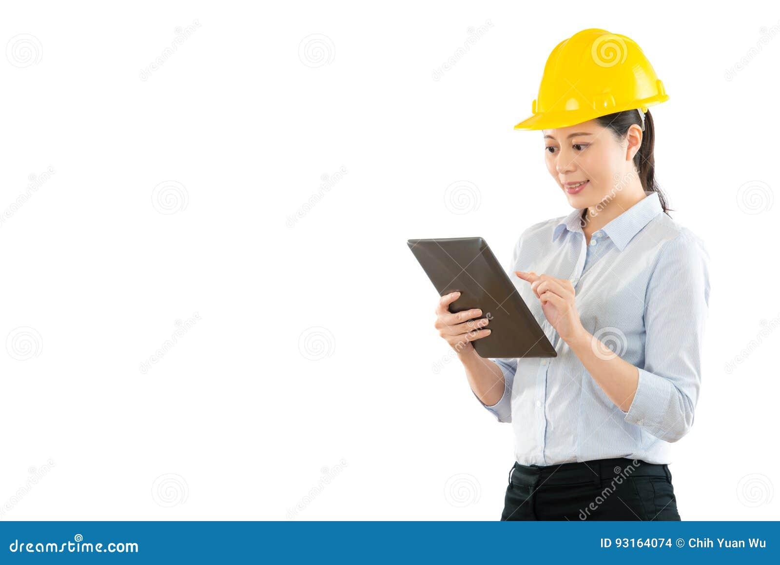 Pracownik budowlany używać cyfrową pastylkę