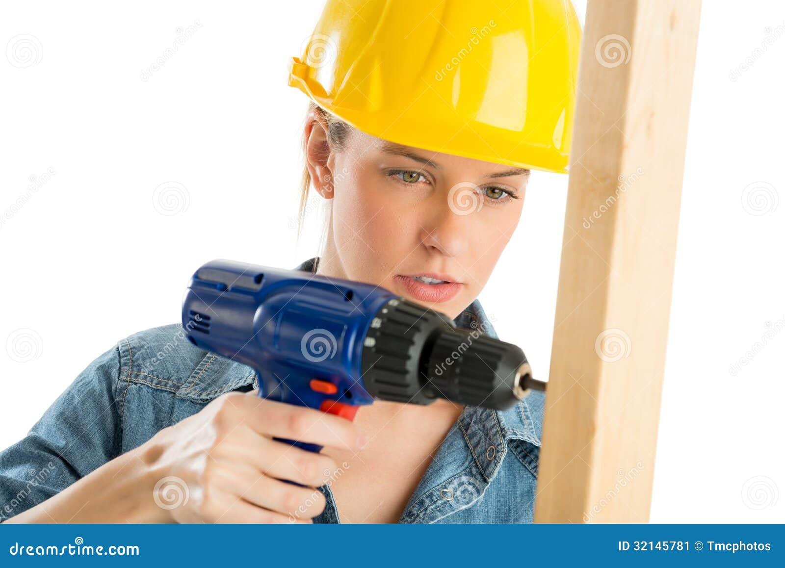 Pracownik Budowlany Używa Cordless świder Na Drewnianej desce