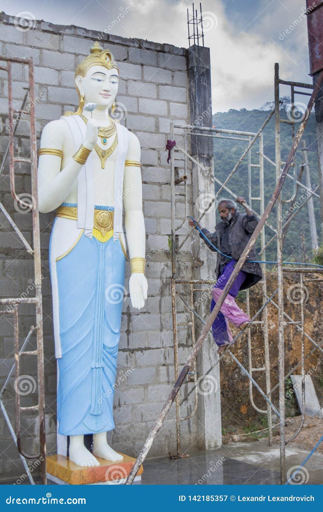 Pracownik buduje ogromną buddyjską statuę