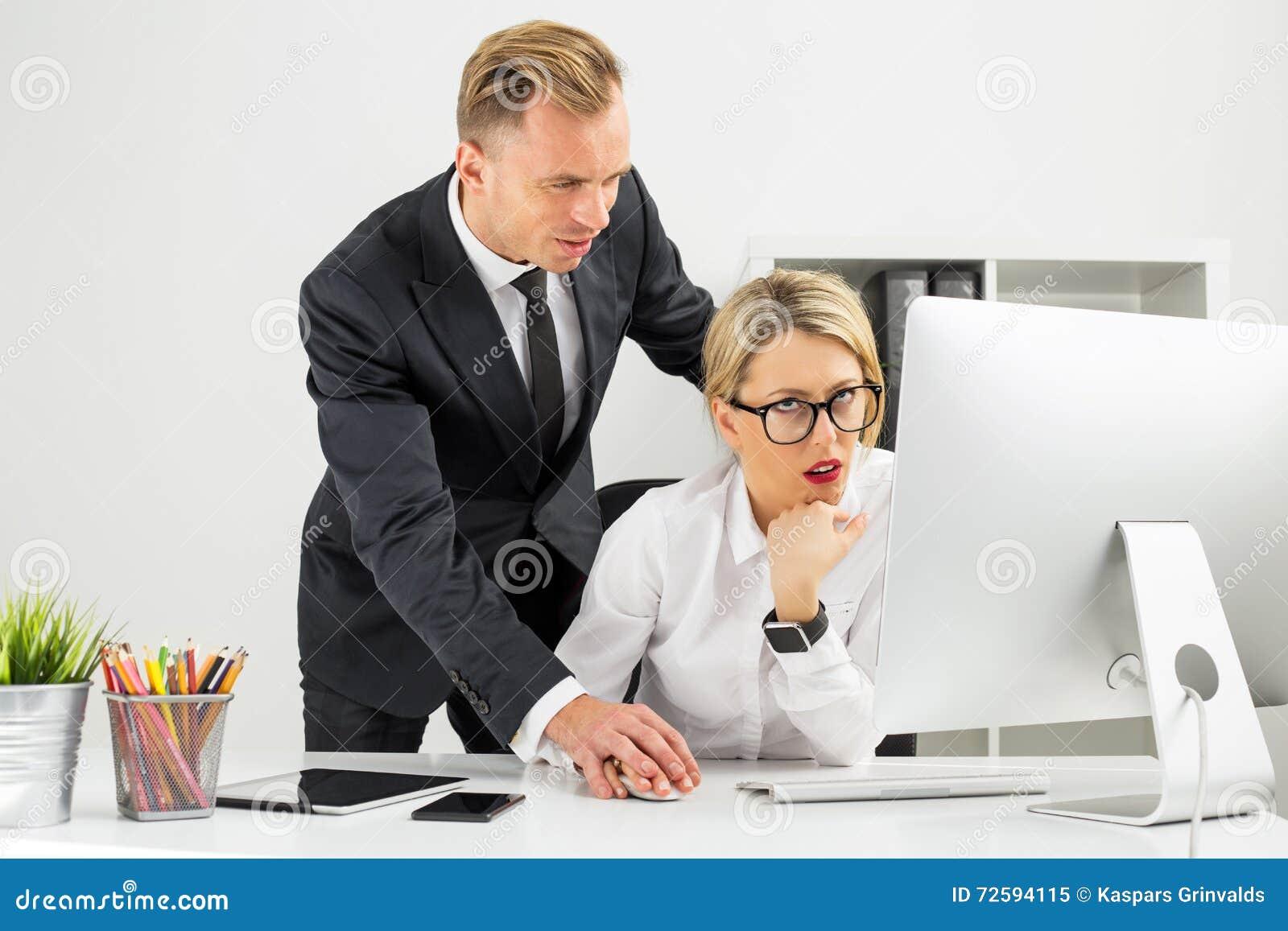 Pracownik dokucza jej szefem
