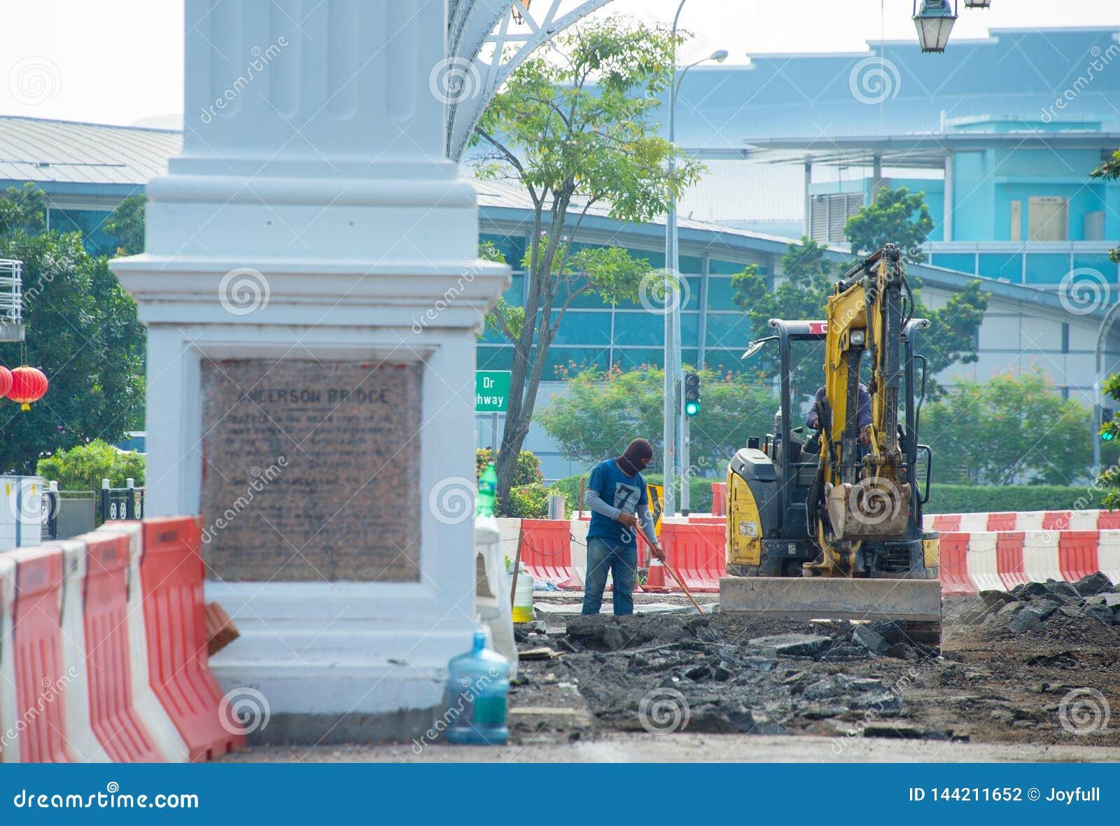 Pracownik, ekskawator, Singapur ulicy rennovation