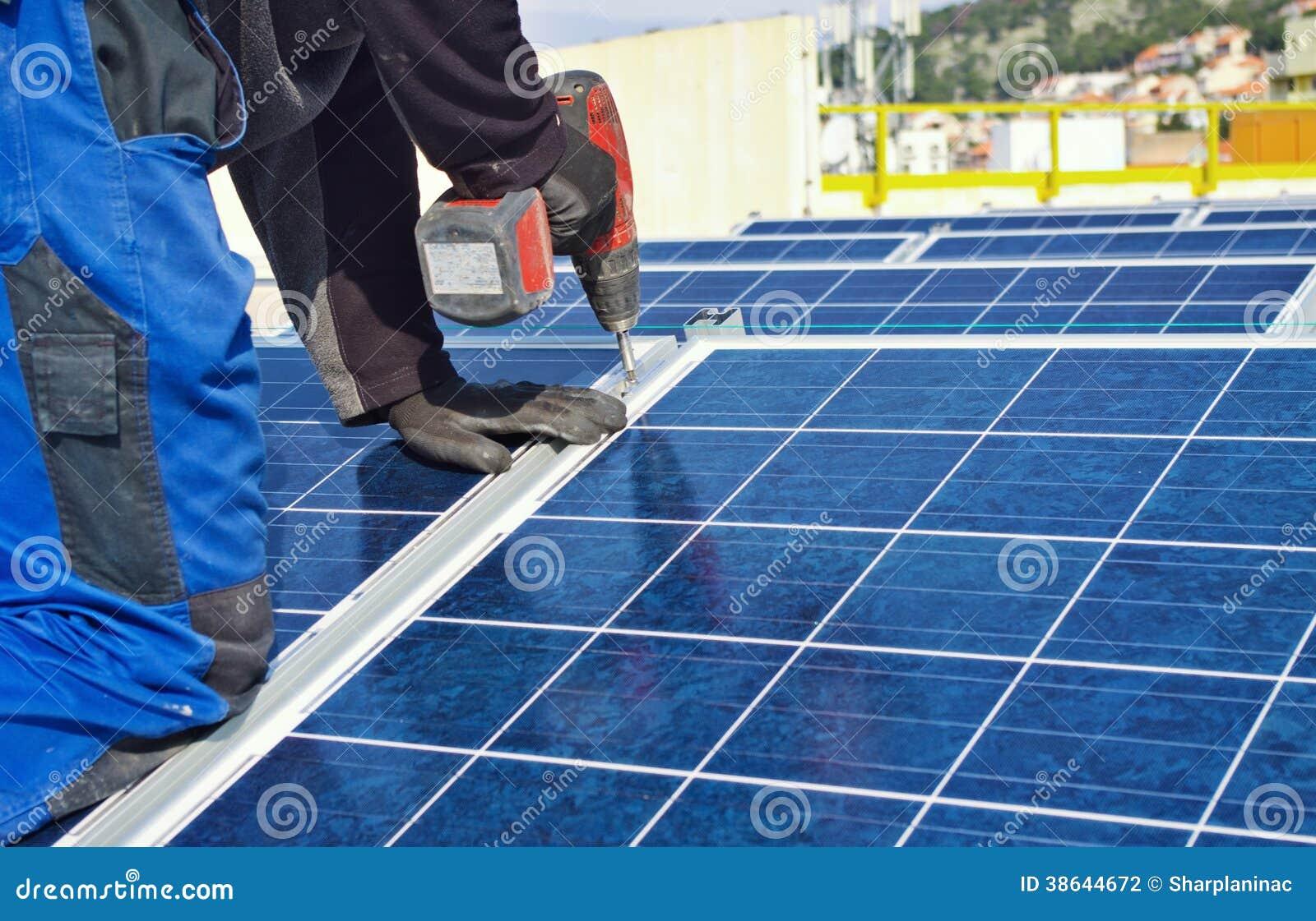 Pracownik instaluje panel słoneczny
