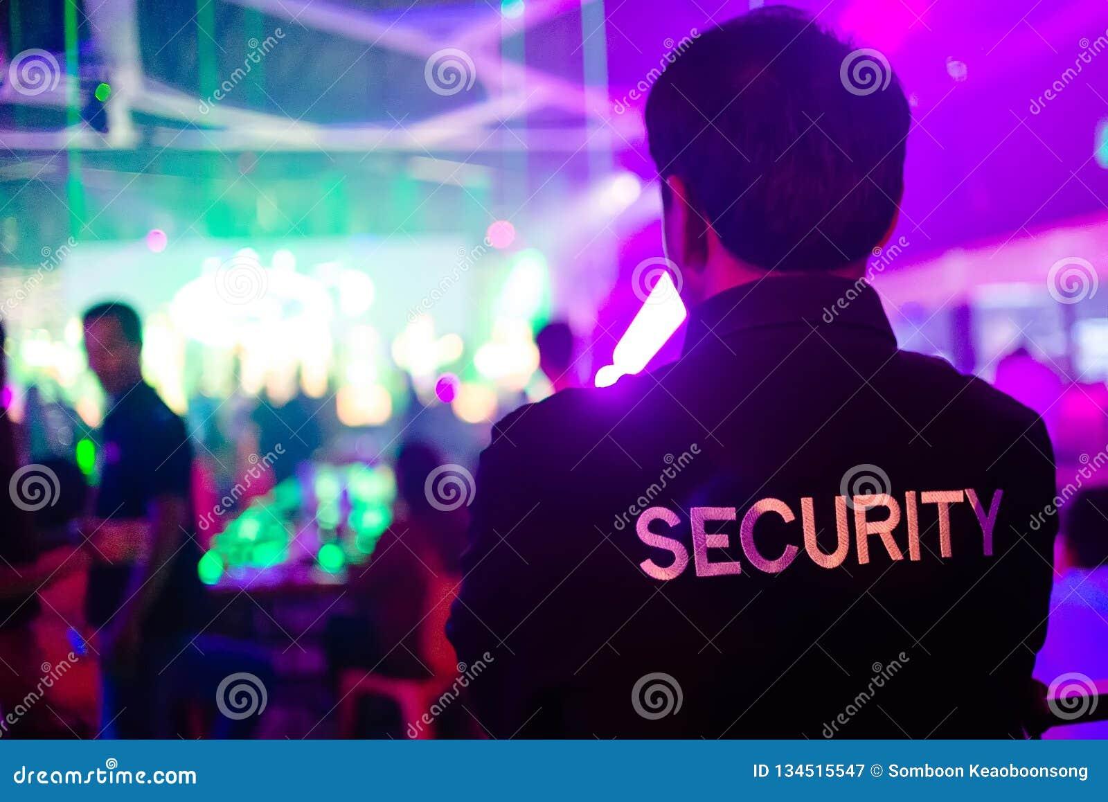 Pracownik ochrony w noc klubie