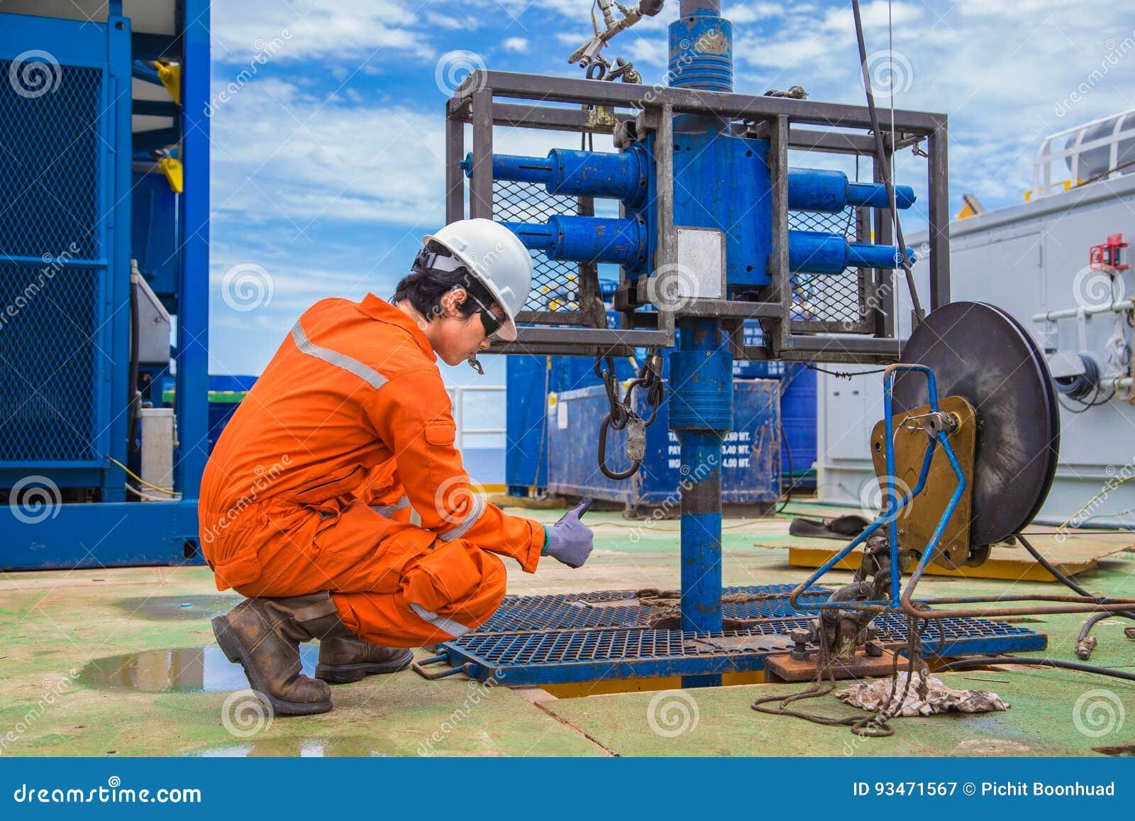 Pracownik pracuje na ropa i gaz wellhead dalekiej platformie dziurkowanie nowej produkci benzynowe studnie