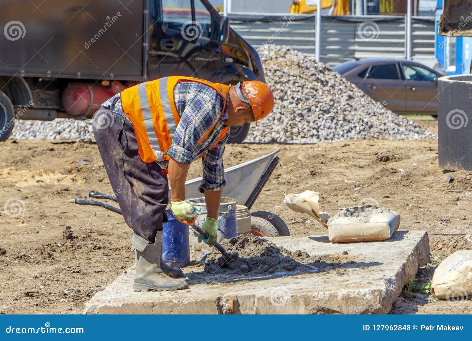 Pracownik przy budów mieszanek betonem