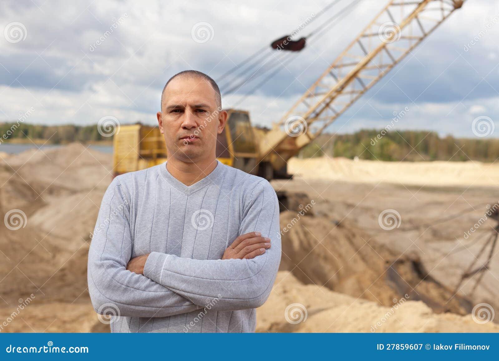 Pracownik przy piasek jamą
