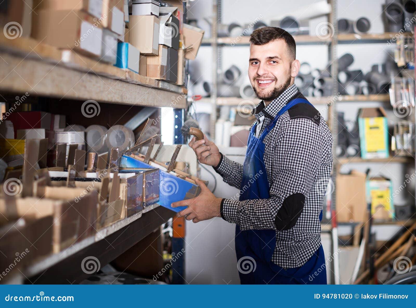 Pracownik sprawdza małych szczegóły dla sanitarnej inżynierii w worksh
