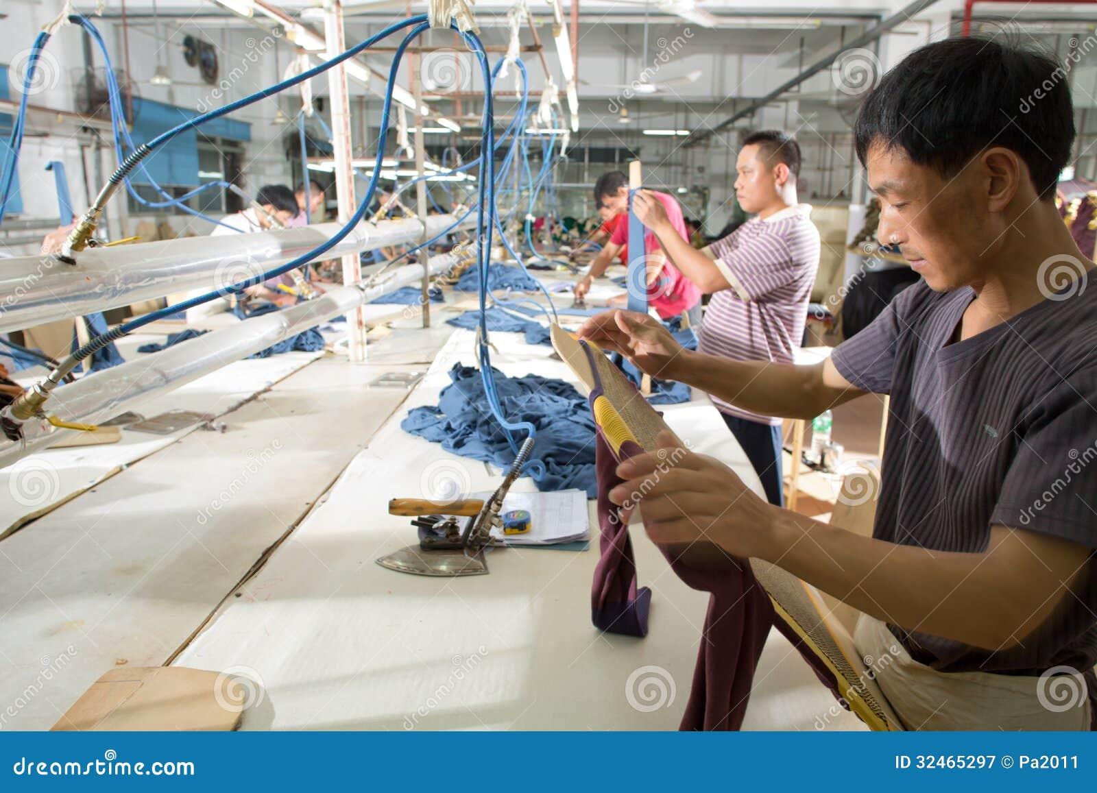 Pracownik w chińskiej szaty fabryce