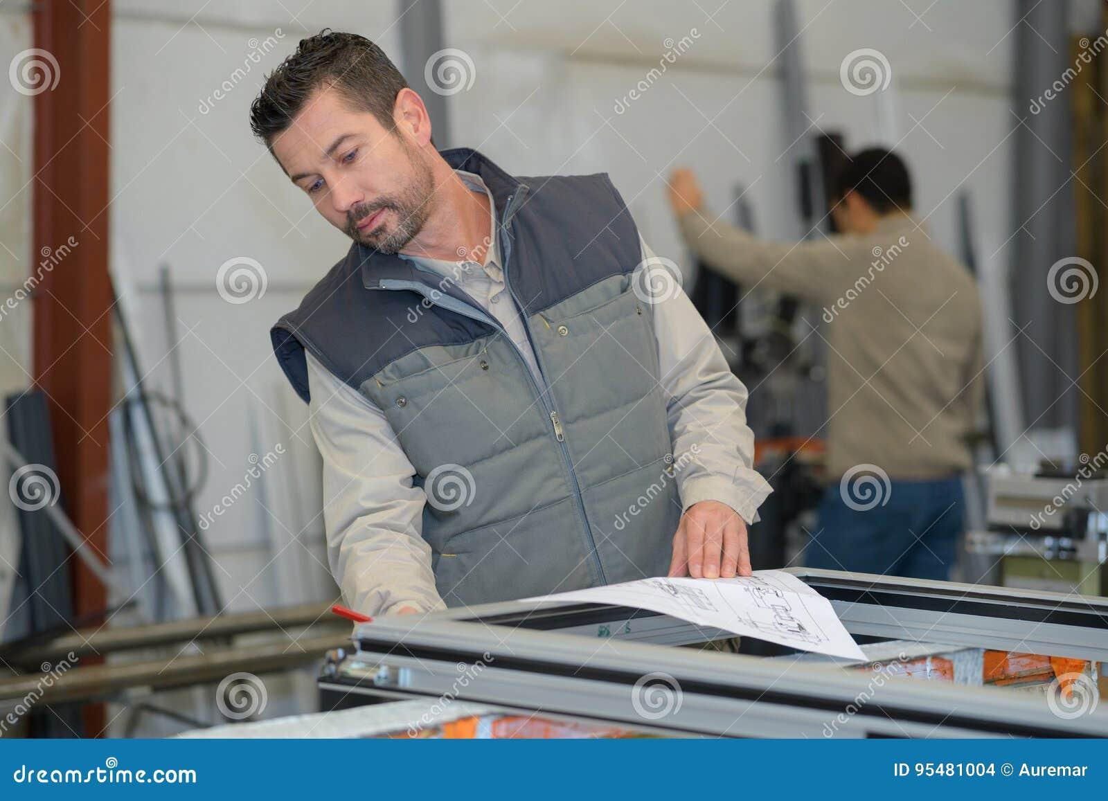 Pracownika fabrycznego gmeranie dla pvc okno profili/lów na stojaku