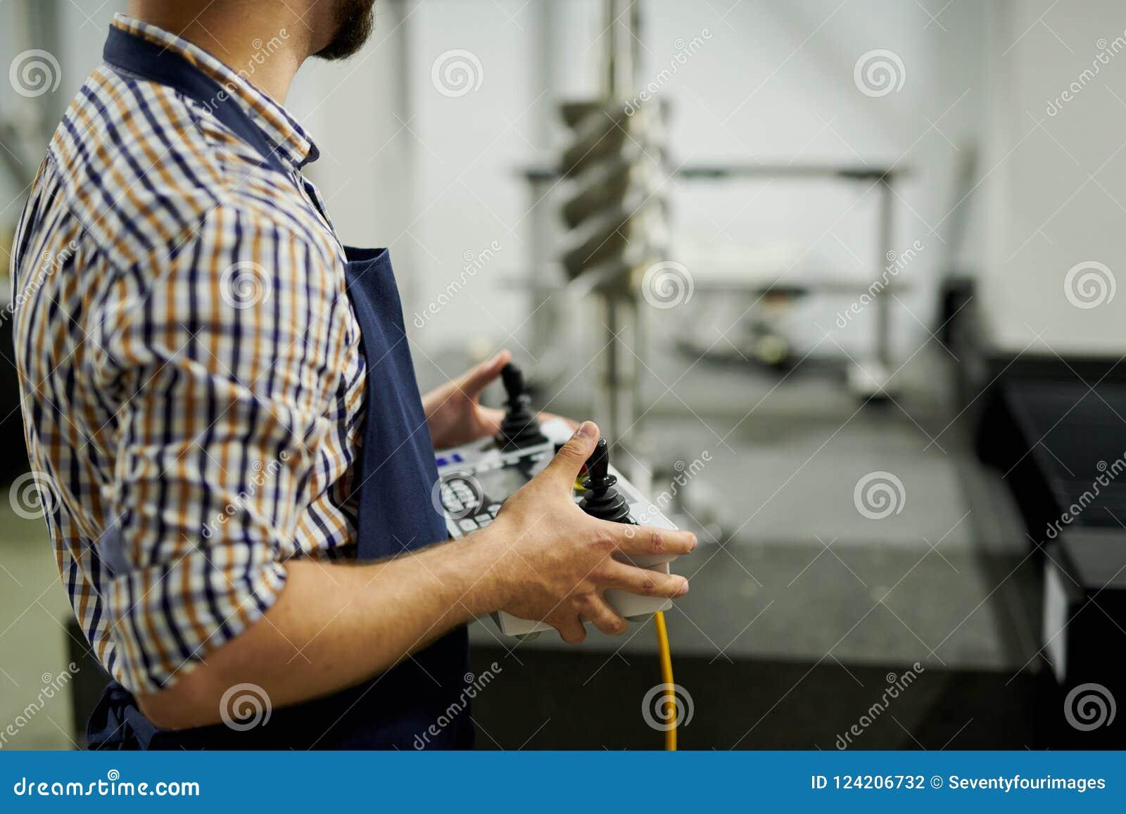 Pracownika Fabrycznego mienia pulpitu operatora zbliżenie