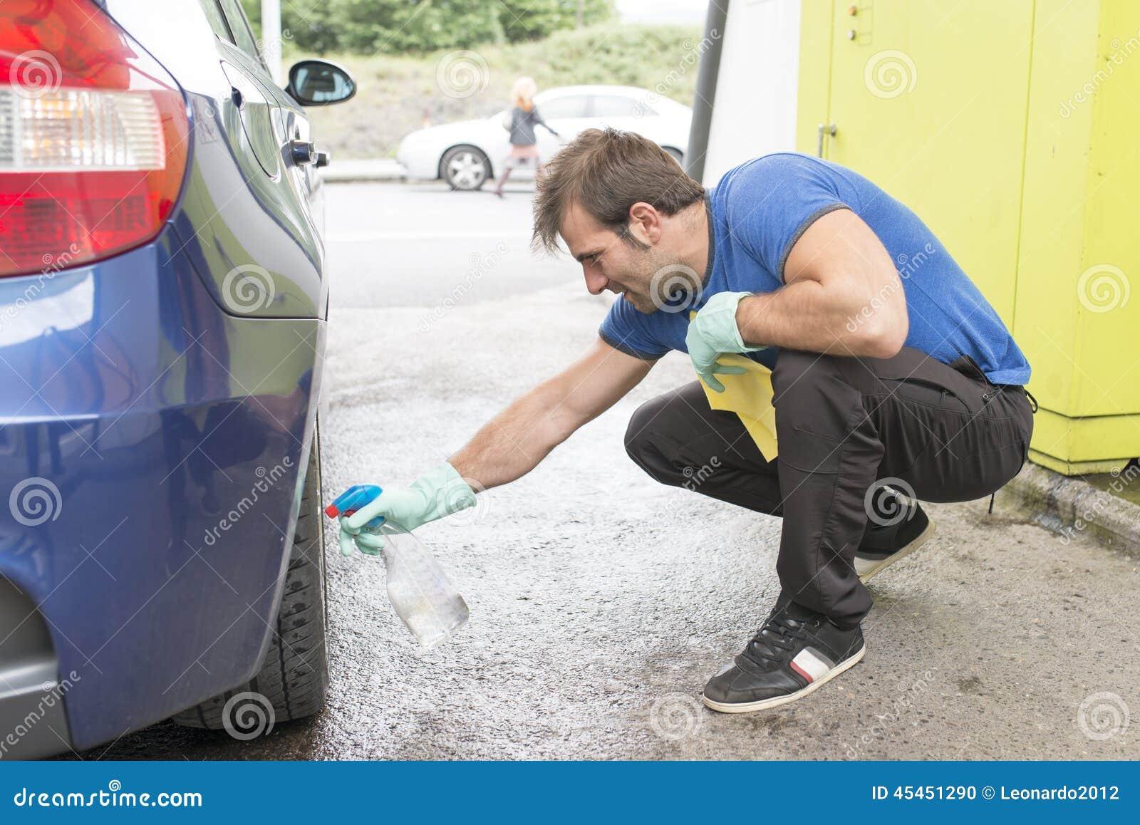 Pracownika mężczyzna cleaning samochód